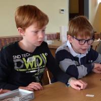 Laurenz (links) und Samuel nutzen in der Mittagspause gleich ihr Recht auf Freizeit und Erholung.