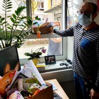 """SPD-Chefin Nicole Bäumler übergibt an den Pflegedienstleiter des Seniorenwohnheims Konrad Nickl die Geschenke aus der Aktion """"Kinder basteln für Senioren."""""""
