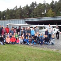 Kinder mit Eltern beim Flugtag