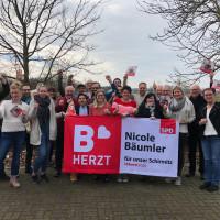 SPD-Bürgermeisterkandidatin Nicole Bäumler freut sich mit zahlreichen Unterstützerinnen und Unterstützern über den gelungen Wahlkampfabschluss.