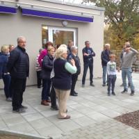 Pflegedienstleiter, Herr Nickl, führt die Gruppe in den Garten für Bewohner mit Demenzerkrankung