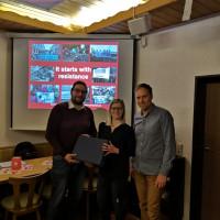 Stellvertretender Vorsitzender Christoph Schiesl und Vorsitzende Nicole Bäumler bedanken sich bei Stefan Dietl (von rechts) für dessen gelungen Vortrag.
