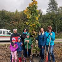 Familie Nickl beim Baumpflanzen