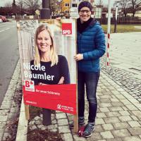 "Bürgermeisterkandidatin Nicole mit ""Ihrem"" Plakat"